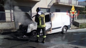 Furgone in fiamme, in salvo il conducente