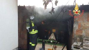 Garage in fiamme, intervento dei vigili del fuoco