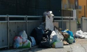 Beccato dal sindaco mentre abbandonava un sacco di rifiuti, multato