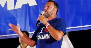 Soverato, polizia in tenuta antisommossa allontana la folla che contesta Salvini