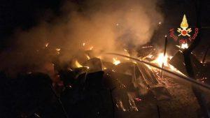 Un fienile in fiamme nella notte nel catanzarese, indagini in corso