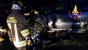Brutto incidente sulla Ss 106 tra una moto e un Suv, centauro ferito gravemente