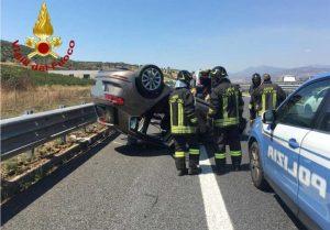 Auto si ribalta sull'A2, feriti
