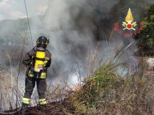 In fiamme una discarica abusiva vicino alla Ss 280, disagi alla viabilità