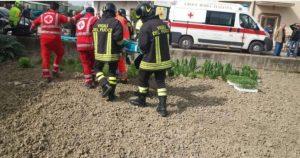 Uomo di 65 anni cade da un albero e muore, inutili i soccorsi