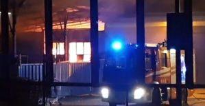 Incendio distrugge un magazzino dell'Eurospin a Vibo Valentia. Ipotesi dolosa