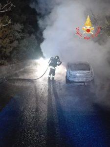 Auto in transito prende fuoco, in salvo il conducente