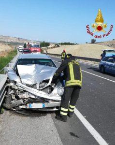 Violento scontro tra due auto, 2 feriti
