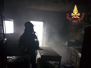 In fiamme un laboratorio di pasticceria nel catanzarese