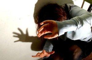 Percosse e minacce ad alunni, maestra sospesa per un anno