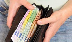 Studentessa straniera trova libretto postale e 600 euro e li porta alla Polizia, restituiti ad anziano