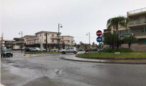 Scene di panico a Davoli Marina, un 20enne tenta di accoltellare un uomo alla guida