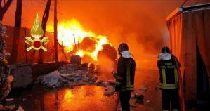 Esplosione in una macelleria nella notte, feriti cinque vigili del fuoco e due poliziotti