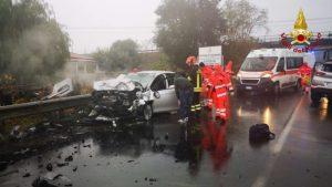 Violento scontro frontale tra due auto, 5 feriti