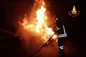 Auto prende fuoco sull'A2, quattro feriti lievi