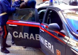 Incendia l'auto del vicino mentre era ai domiciliari, 57enne arrestato