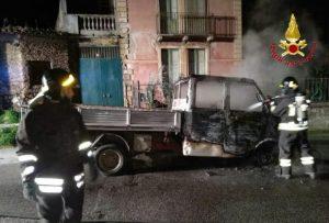 Autofurgone in fiamme, indagini sulle cause