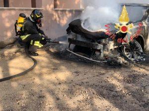 Sterpaglie e macchia mediterranea in fiamme nel catanzarese, tre auto coinvolte nell'incendio