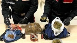 Lancia dal balcone zaino pieno di marijuana durante una perquisizione, arrestato