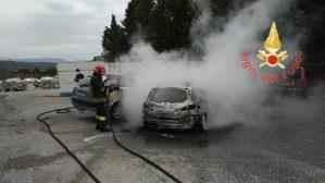 Due auto distrutte dalle fiamme, indagini sulle cause