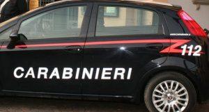 Armata di un fucile e coltello si barrica in casa con un anziano, bloccata dai carabinieri