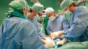 Chirurgo calabrese a Bologna trapianta il cuore a un 15enne, 7 anni fa aveva operato il gemello