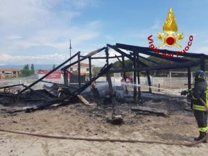 Stabilimento balneare completamente distrutto dalle fiamme nel catanzarese