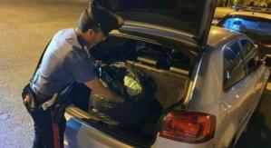 Nel bagagliaio dell'auto aveva 10 chili di marijuana, 27enne arrestato