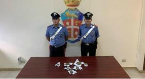 Nascondevano sotto i sedili dell'auto 7 involucri di marijuana, due giovani arrestati