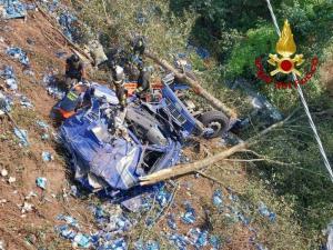 Mezzo pesante finisce in un burrone, morto il conducente