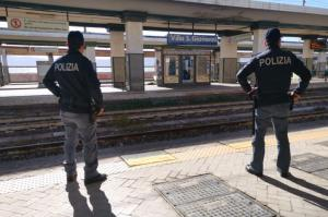 Molesta una studentessa e aggredisce agenti Polizia Ferroviaria, arrestato