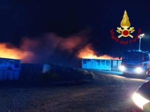 In fiamme nella notte isola ecologica