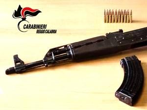 Trovato in possesso di un fucile Kalashnikov, 26enne arrestato