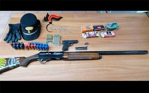 Trovati pistola e fucile in un garage, 55enne arrestato