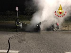 Auto in transito prende fuoco a Girifalco, illesi padre e figlia