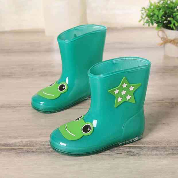 صور أحذية أطفال لفصل الشتاء جامدة