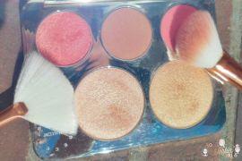 La palette C Pop, des highlighters et blushs lumineux en collaboration avec la blogueuse et youtubeuse Jaclyn Hill, à l'image de la marque BECCA