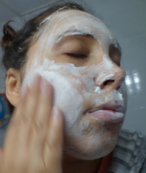 Femme qui applique le egg mousse soap de too cool for school