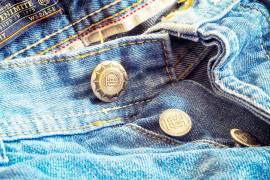 Gros plan sur un entrejambe de jean