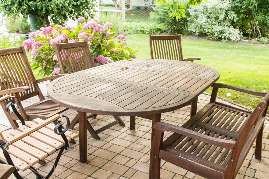 Table de jardin en bois dans un bel espace