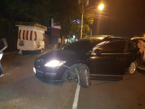El carro de modelo reciente de los delincuentes sufrió varios daños. (Foto: captura pantalla)