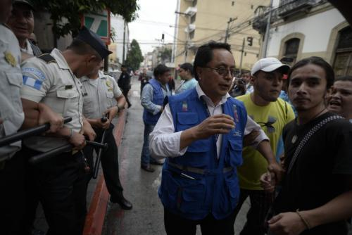 Personeros de la PDH se hicieron presentes para constatar que no hubiera abusos contra los manifestantes. (Foto: Wilder López/Soy502)
