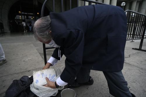 Noé espera que las autoridades puedan apoyarlo a él y su hermano, quien está registrado en el listado de vendedores ambulantes de la Municipalidad de Guatemala, pero aún no reciben el aporte económico. (Foto: Wilder López/Soy502)