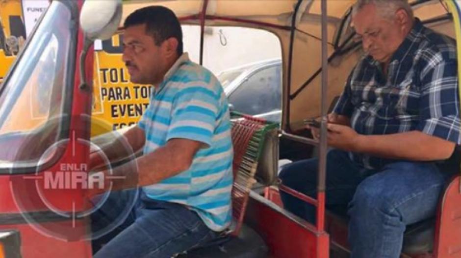 Enrique Arredondo es el alcalde del municipio de Nueva Santa Rosa, Santa Rosa que viaja en tuc-tuc. (Foto: Facebook En La Mira)