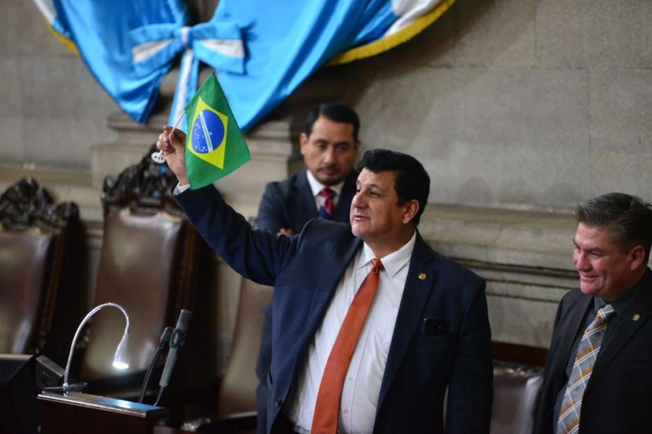 El diputado Galdámez sacó el banderín al final de la sesión de este jueves. (Foto: Jesús Alfonso/Soy502)