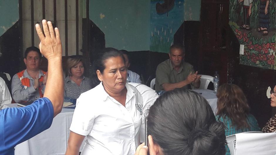 Una maestra de la aldea El Rodeo hizo fuertes reclamos a las autoridades de educación y al presidente Jimmy Morales. (Foto: Roberto Caubilla/Soy502)