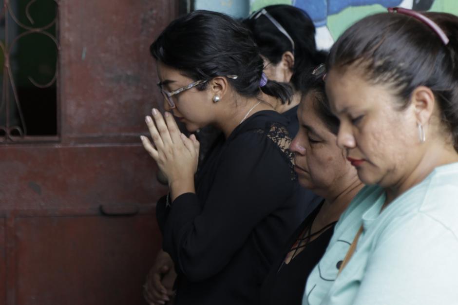 Maestras oran por los fallecidos en la tragedia en una actividad con autoridades de gobierno. (Foto: Alejandro Balán/Soy502)