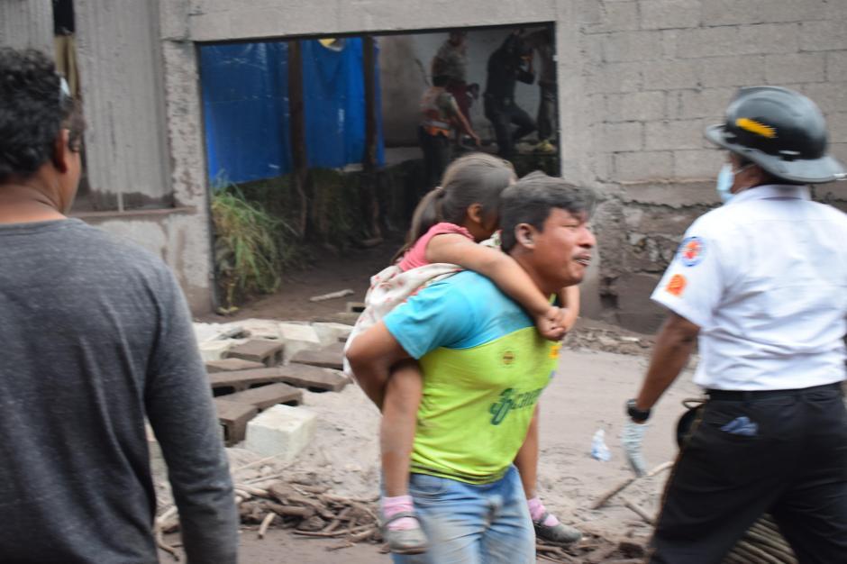 Esta fotografía muestra el momento exacto en el que Rubén logra rescatar a su hija. (Foto: Manuel Cobar)