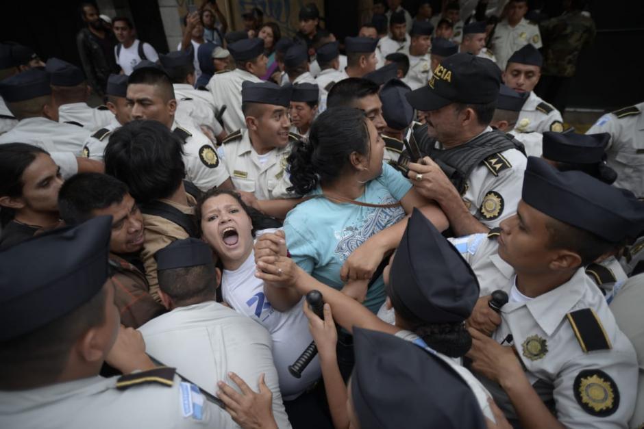 Manifestantes identificados como estudiantes de la Universidad de San Carlos se enfrentaron a la PNC para impedir la salida de diputados del Congreso. (Foto: Wilder López/Soy502)