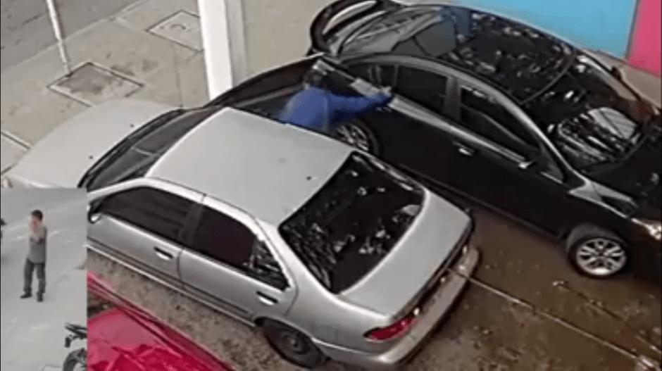 El video muestra la forma en que los sujetos abren el vehículo y roban lo que hay en el interior. (Foto: captura de video)